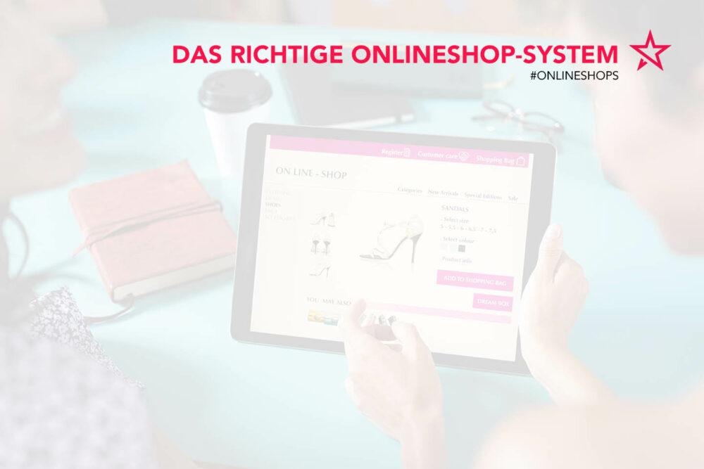 Frau kauft online Schuhe in einem Onlineshop auf einem Tablet